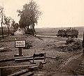 Durch Bombentrichter beschädigte Straße in Frankreich 1940.jpg