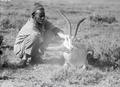 ETH-BIB-Einheimischer mit geschossener Pferdeantilope-Kilimanjaroflug 1929-30-LBS MH02-07-0368.tif