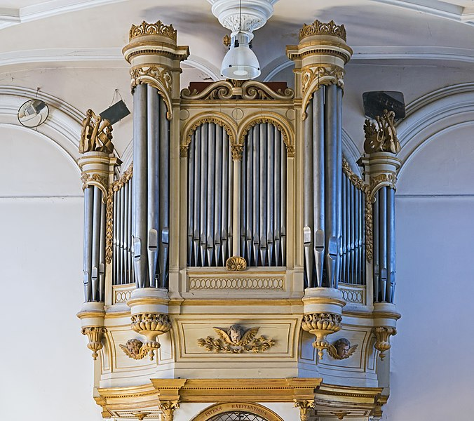 English:  Church of Mary Magdalene of Pibrac,  Haute-Garonne France –  Gallery Organ  Bertrand Feuga started in 1863, completed in 1864 by Theodore Puget; Restored in 1980 by Alain Leclere. The console window has two manuals (great organ, 7 games, Swell, 7 games) and pedal right to the German (1 set).