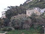 המבנים לשירות עולי הרגל שנבנו בכניסה למערת אליהו