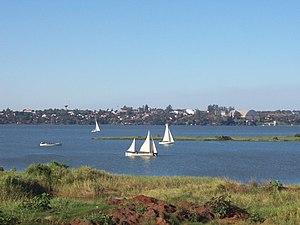 Blick auf die paraguayische Stadt Encarnación vom argentinischen Ufer des Río Paraná