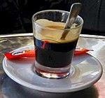 Caffè in vetro, un normalissimo espresso servito nel bicchierino di vetro