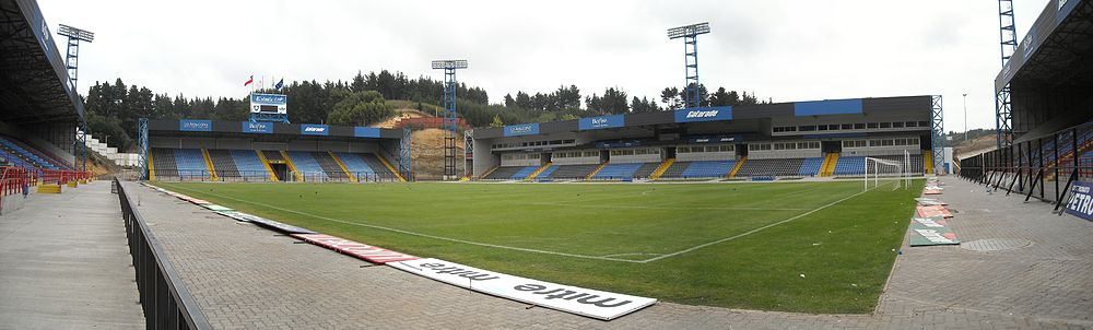 Panorama del interior del Estadio CAP en Talcahuano, Chile.