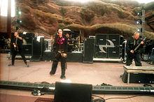 Le groupe sur scène, vêtu de noir