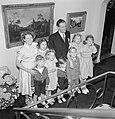 Fabrieksdirecteur Albert van Abbe poserend met groep kinderen tegen een wand met, Bestanddeelnr 255-8492.jpg