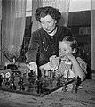 Fenny Heemskerk (kampioen damesschaken) met dochter, Bestanddeelnr 904-5142.jpg