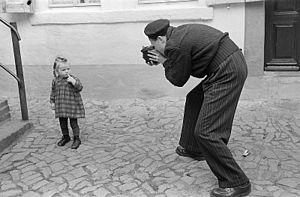 Fotothek df roe-neg 0006125 007 Roger Rössing beim Fotografieren eines kleinen Mädchens.jpg
