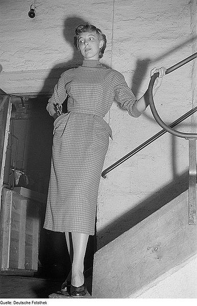 """File:Fotothek df roe-neg 0006503 021 Eine Frau posiert mit einem Kleid an einer Treppe bei der """"Internationalen Messe.jpg"""