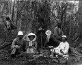 Frukost i urskogen. Janssons och vi två. Kotoonangega. Ambodifombi, Ambodifomby. Madagaskar - SMVK - 021937.tif