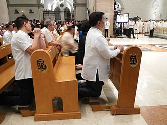 Franklin Drilon - Senator Drilon praying during the reopening of the Manila Cathedral