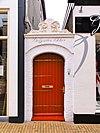 foto van Bakstenen poortje met natuurstenen bekroning