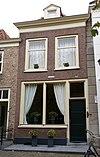 foto van Huis onder schilddak en met lijstgevel, kroonlijst met tandlijst