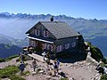Gipfelhütte auf dem Großen Mythen.jpg