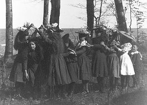 "Singing game - Girls playing ""London Bridge"" in 1898"