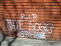 Graffiti upamiętniające Nate Dogga na ujściu wody oligoceńskiej przy skrzyżowaniu al. Solidarności i ul. Żelaznej w Warszawie..jpg