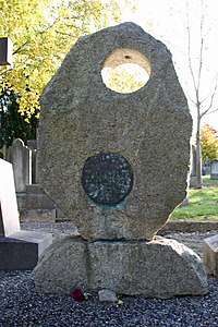 Grave of Brendan Behan.jpg