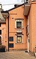 Guardiagrele, edificio con iscrizione su porta 1714 e rilievo con cavalieri 01.jpg