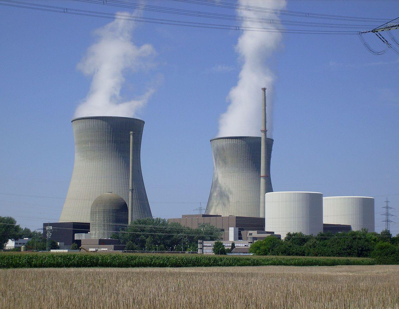 Das Kernkraftwerk Gundremmingen: Block A (links vorn),Blöcke B und C (rechts) mit beiden Kühltürmen (hinten)