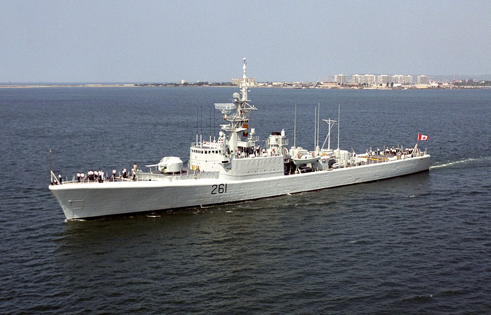 HMCS Mackenzie (DDE 261) off San Diego 1992.JPEG
