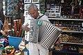 Hombre tocando el acordeon - panoramio.jpg