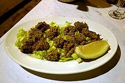 Une assiette d'ortiguillas de mar («orties de mer»), en Espagne, c'est-à-dire de beignets d'anémone verte.