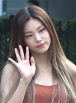Hwang Ye-ji going to a Music Bank recording on August 8, 2019.png