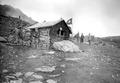 Improvisierte Häuser im Biwak, hier das Fourierbüro - CH-BAR - 3240792.tif