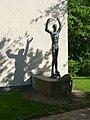 Jakob Probst (1880–1966), Columbus, 1950. Die Skulptur steht auf der rechten Seite des Wirtschaftsgymnasiums, Wirtschaftsmittelschule Basel (Spielplatz) (2).jpg