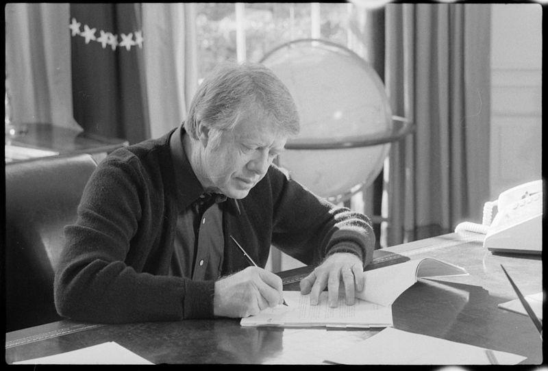 Jimmy Carter working at his desk - NARA - 173610.jpg
