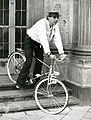 Josph Beuys - mit Fahrrad auf den Stufen des Haupteingangs der Kunstakademie Düsseldorf.jpg