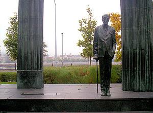 Mihály Károlyi - Károlyi's statue where it stood on Lajos Kossuth Square, Budapest