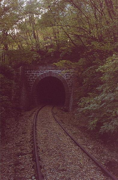 File:KehrtunnelMarlingAltVinschgerbahn.jpg