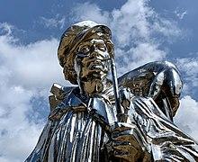скульптура из нержавеющей стали Kiepenkerl работы Джеффа Кунса в музее Хиршхорн и Сад скульптур в Вашингтоне, округ Колумбия