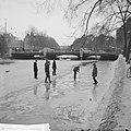 Kinderen op het ijs op de Stadhouderskade, Bestanddeelnr 914-7090.jpg