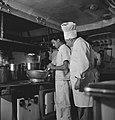 Koks van Nederlands koopvaardijschip bezig in de kombuis, Bestanddeelnr 935-2840.jpg