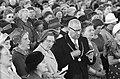 Koningin Juliana en de burgemeester tussen 7500 huisvrouwen, Bestanddeelnr 913-7780.jpg