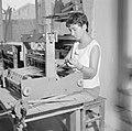 Kunstenaarskolonie Ein Hod. Een vrouw achter een klein weefgetouw, Bestanddeelnr 255-2786.jpg