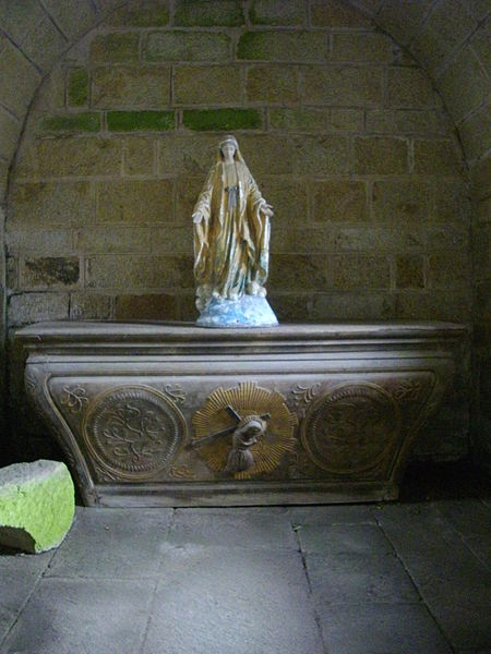 Templar chapel of La Vraie-Croix (Morbihan, France). Ground floor, east : altar and statue of the Virgin