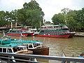Lancha colectiva y catamarán.jpg