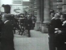 """Plik:Leopold II i księżniczka Clémentine z Belgii wjeżdżają z radością do miasta """"Antwerpia"""" w 1909 roku.ogv"""