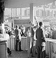 Lotenverkoper met een prijs in zijn hand in de kraam van de Lotteria Gastronomic, Bestanddeelnr 254-5497.jpg