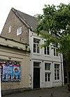 foto van Huis, waarvan de voorgevel sporen vertoont van een afgehakt hoofdgestel met consoles in de trant der zgn. Maaslandse renaissance.