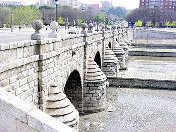 El Puente de Segovia, visto desde la orilla izquierda del río Manzanares, en Madrid.