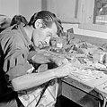 Man bezig met het bewerken van Eilatsteen in een bedrijf waar deze steen wordt b, Bestanddeelnr 255-3622.jpg