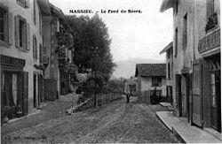 Massieu, le fond du bourg en 1912, p 119 de L'Isère les 533 communes - J G édit à Voiron.jpg