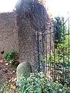 foto van Huis met de trappen: bakstenen en mergelstenen tuinmuur met gemetselde hekpijlers