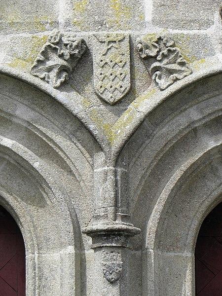 Chapelle Notre-Dame-de-Locmaria sise en Melrand (56). Armes des Rohan couronnant le trumeau des prtes géminées du transept sud.