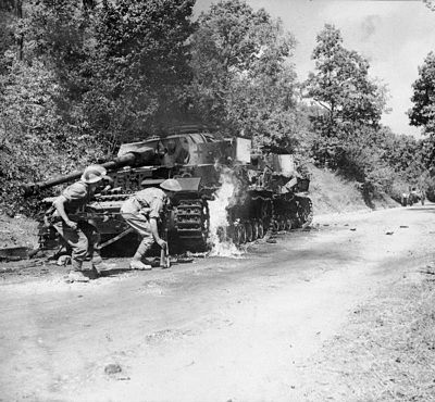 Men of the 2/6th Battalion, Queen's Royal Regiment (West Surrey) advance past a pair of burning German PzKpfw IV tanks in the Salerno area, 22 September 1943. Men of the 2-6th Queens's Regiment advance past a pair of burning German PzKpfw IV tank in the Salerno area, Italy, 22 September 1943. NA7137.jpg
