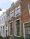 foto van Huis met geverfde rechte gevel, muurankers en ontlastingsbogen
