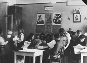 Delo - People reading Ljudska pravica (Metlika, 1944)
